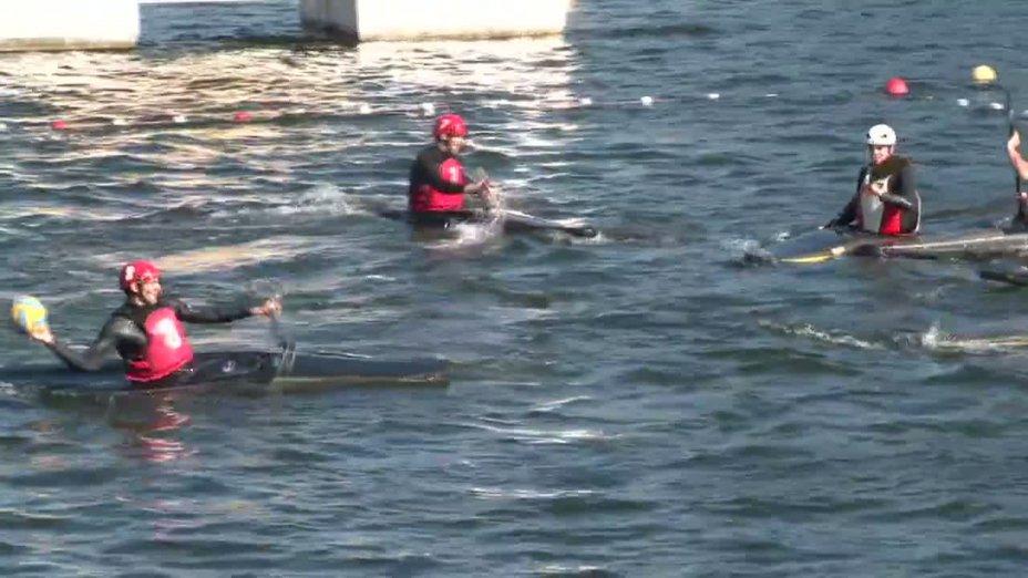 Spiel 54: UKS SET Kaniow gegen Conde sur vir bei der European Club Championships Canoepolo 2012